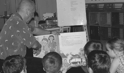 Photographie de Michel Lapointe enseignant à de jeunes élèves.