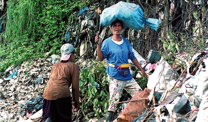 Photographie d'une femme vivant de l'industrie des déchets