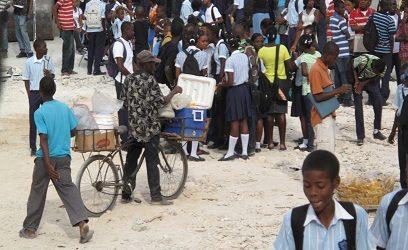 Photographie d'Haitiens à la journée d'ouverture des classes.