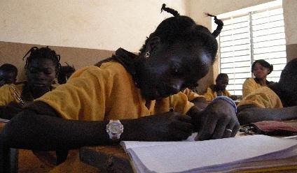 Photographie d'une jeune étudiante noire à l'école.