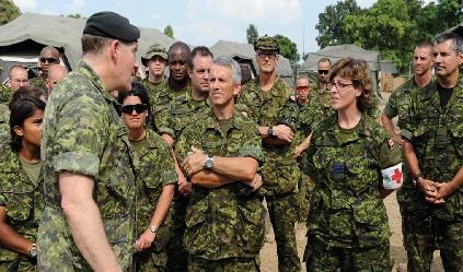 Photographie de soldats avec le lieutenant-colonelle, Linda Garand.