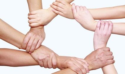 Image de plusieurs bras et mains liés ensemble pour former un carré.