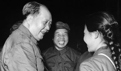 Photographie de Mao serra la main d'une Garde rouge