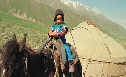 Photographie de la jeune Nourcia sur un cheval.