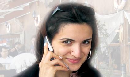 Photographie d'une personne au téléphone