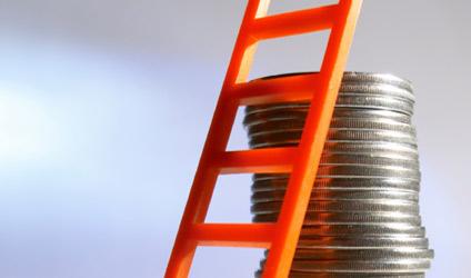 Image d'une échelle appuyée sur de la monnaie.