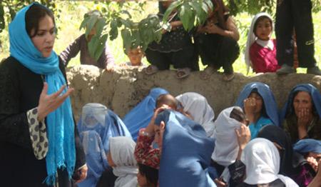 Fawzia Koofi discutant avec des paysannes Afghanes.