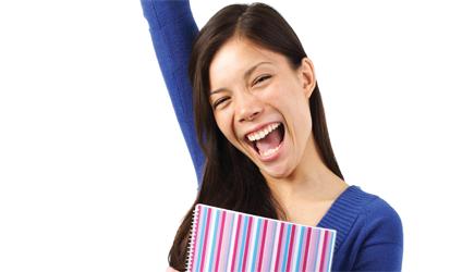 Photographie d'une femme heureuse tenant un cartable