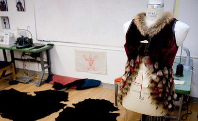Photographie d'une veste en fourrure montée sur un mannequin.