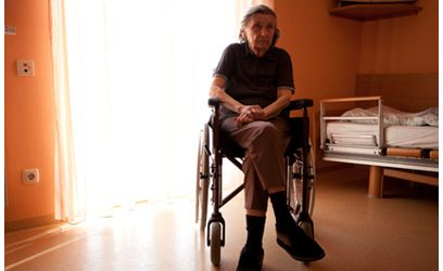 Photographie d'une dame âgée dans un fauteuil roulant.