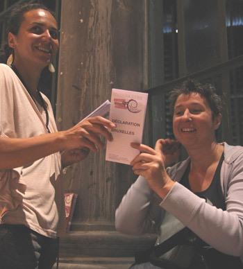 Photographie de Gia Abrassart distribuant la Déclaration de Bruxelles.