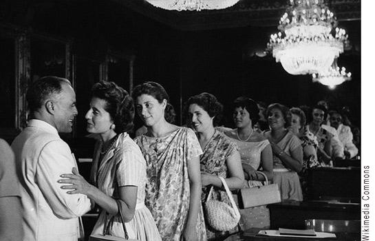 Photographie de Bourguiba avec un groupe de femmes.