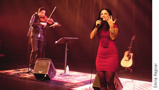 Photographie d'Emel Mathlouthi en spectacle en 2011.