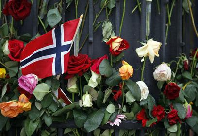 Photographie du drapeau de la Norvège avec des fleurs.