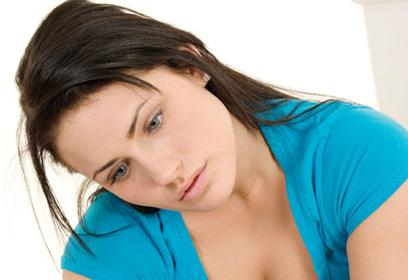 Photographie d'une jeune femme regardant le résultat de son test de grosse