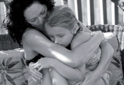 Photographie d'une mère serrant sa fille