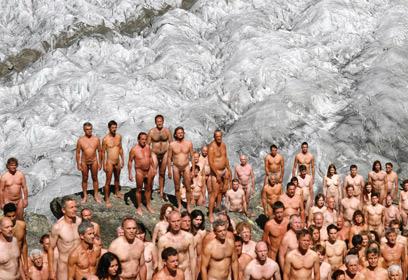 En août 2007, 600 volontaires ont posé nus sur le glacier d'Aletsch, en S