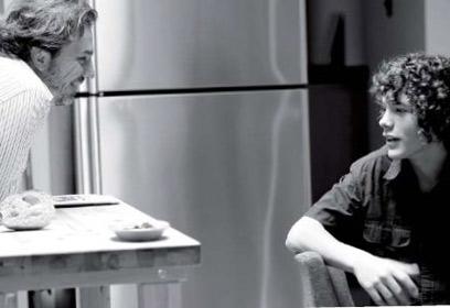 Photographie d'un père qui parle à son adolescent