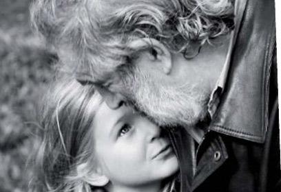 Photographie d'un père qui embrasse sa fille