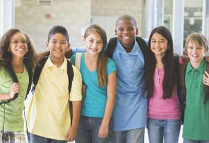 Photographie de jeunes étudiants à l'école.