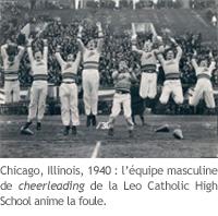 Une équipe masculine de cheerleading de 1940 animant une foule
