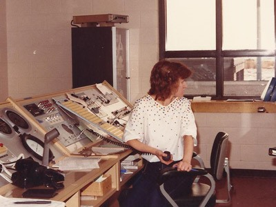 Photgraphie de Danielle Lalonde à son poste de travail en 1981.