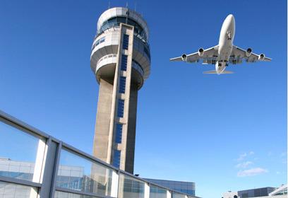 Photographie d'un avion dans le ciel.