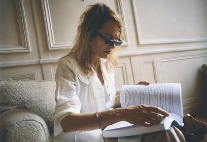 Photographie de Laure Adler lisant un livre.