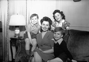 Photographie d'une mère,ses 3 enfants en 1950.