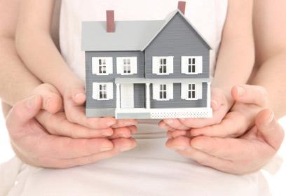 Illustration d'une maison dans les mains de papa, maman et enfant.