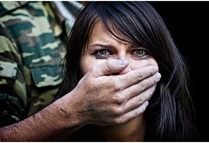 Femme avec la bouche couverte par la main d'un militaire