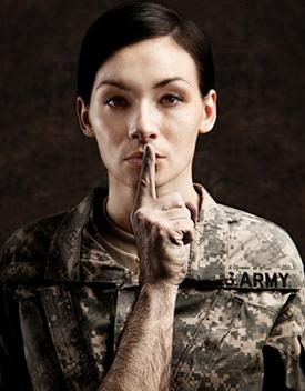 Photographie d'une militaire avec un doigt d'homme sur la bouche (silence)