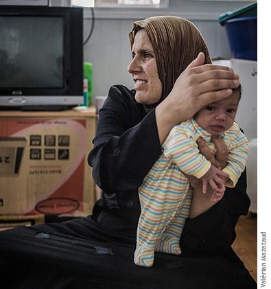 Photographie de Ahlam avec son fils Omar, 10 jours.