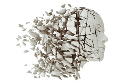 Photographie d'un buste en pierre éclatant en morceaux.