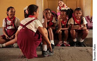 Photographie de filles qui ont accès à l'école primaire, puis secondaire