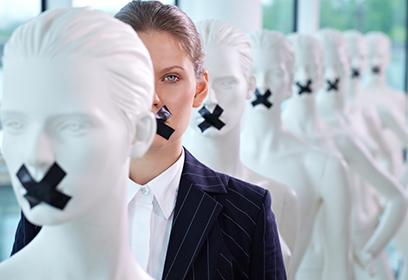 Femme parmi des mannequins.