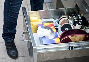 Photographie d'un tiroir rempli de produits de maquillage.