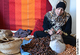 Zineb Asbban écrasant la pulpe séchée