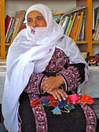 Photographie d'une Bédouine vêtue d'une robe traditionnelle.