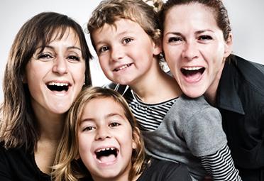 Photographie de deux enfants avec deux mamans