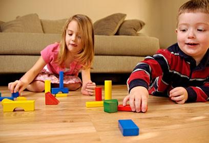 Photographie de deux enfants jouant avec des blocs de construction