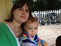 Photographie de Megan Perryman et son enfant.