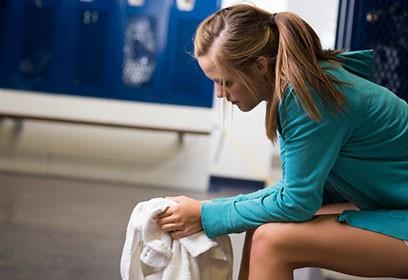 Femme assise tenant une serviette