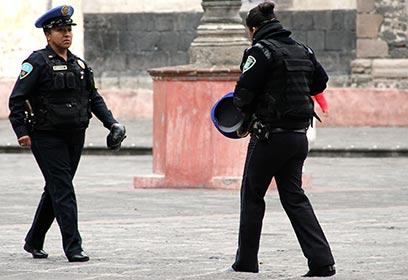 Photographie de deux policiers.