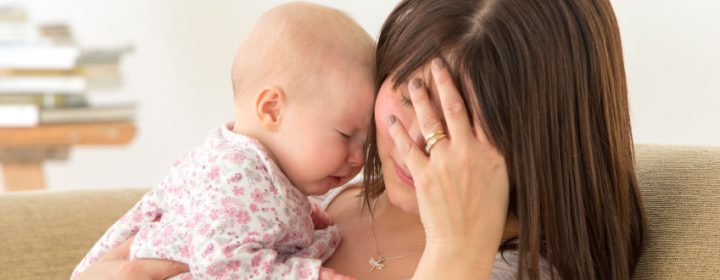 Photographie d'une femme avec son bébé.