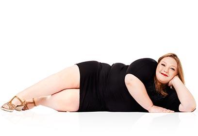Photographie d'une femme taille plus allongée
