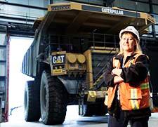 Photographie de Sylvie Martel à côté d'un super camion