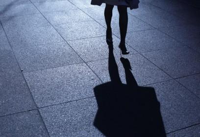 Femme qui marche dans la rue