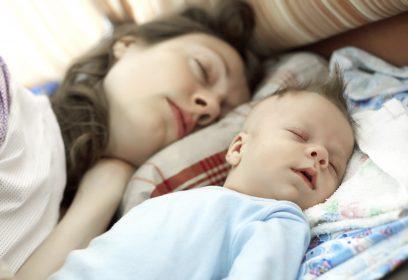Une mère qui dort près de son bébé