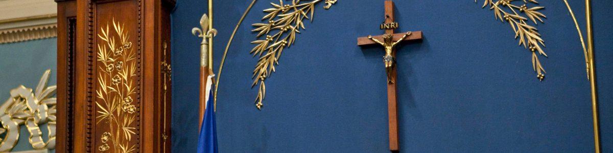 Photographie du crucifix au salon bleu de l'Assemblée nationale du Québec.
